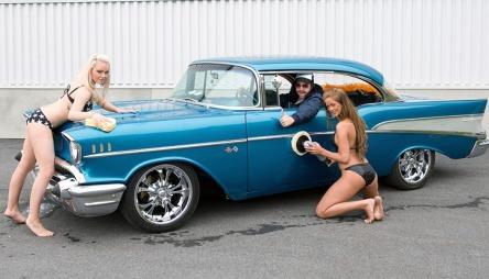 Denne bilen var en av de mest søkte på finn.no i juni - og nå er den akkurat solgt. Hadde damene på bildet i annonsen noe å si for interessen rundt annonsen tro?