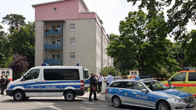 GISSELDRAMA: Gjerningsmannen barrikaderte seg i en leilighet i øverste etasje i dette bygget. (Foto: Daniel Roland)