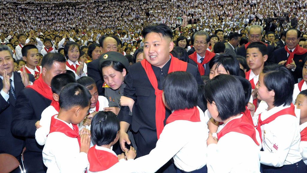 FRIR TIL UNGDOMMEN: Den nordkoreanske lederen Kim Jong-Un møtte 20 000 unge under en konsert i forbindelse med feiringen av 66-årsdagen til den statlige organisasjonen «Korean Children's Union» (Foto: KNS   )
