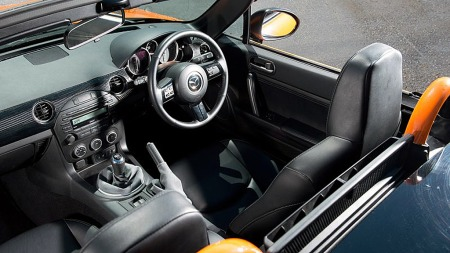 Recaro-stoler, diverse detaljer i karbonfiber og veltebøyler lakkert i bilens farge er det som skiller GT-konseptet fra en vanlig MX-5 innvendig.