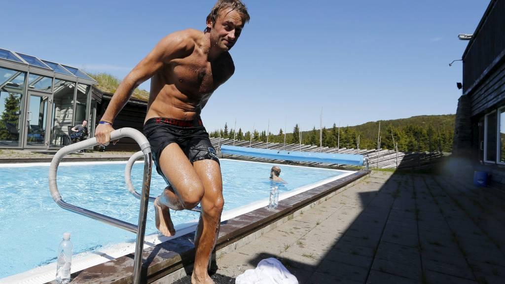 Petter Northug jr. slapper av i bassenget etter  at han og langrennsgutta  løp opp alpinløypa på Hafjell i Øyer tirsdag morgen. Langrenneslandslaget er på treningssamling på Lillehammer denne uka. (Foto: Bendiksby, Terje/NTB scanpix)