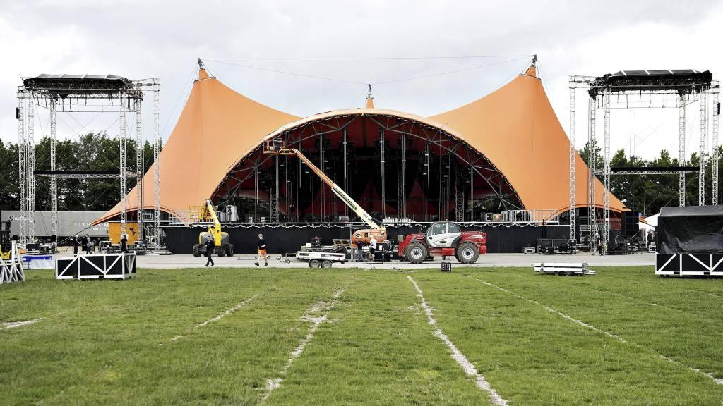 DØDSFALL: Allerede før musikkfestivalen kom i gang i Roskilde, døde en svensk 20-åringen etter å ha inntatt ecstasy. Bildet viser de siste forberedelsene på den oransje hovedscenen. (Foto: Anita Graversen/Ap)
