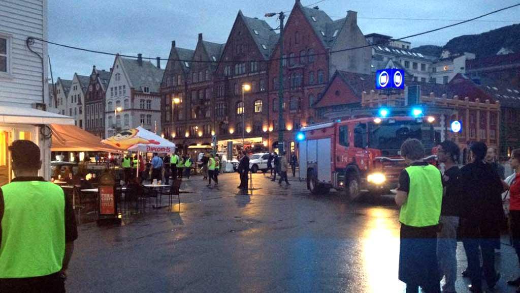 DRAMATISK: Dei fyrste meldingane gjekk ut på ein dramatisk gasseksplosjon på Zachariasbryggen i Bergen. Så gale var det heldigvis ikkje. (Foto: Gunhild Tinmannsvik/TV 2)