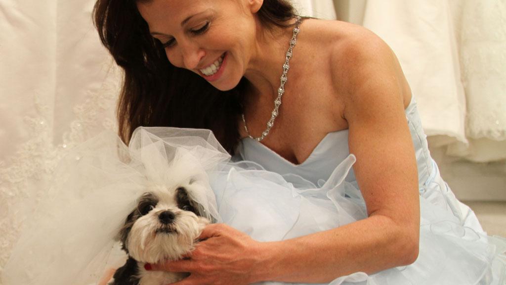 GIFTER SEG: Baby Hope Diamonds store dag er den 12. juli. Her prøver hun brudekjolen med «mamma» Wendy Diamond.  (Foto: Skjermdump / Animalfair.com)