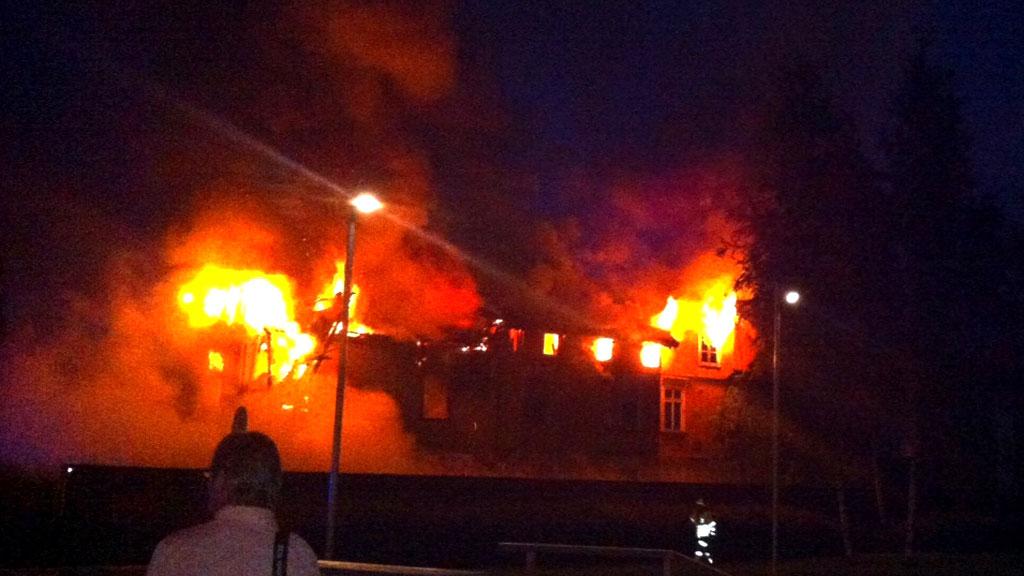 16 HUSLØSE: 16 personer er husløse etter brann i et bolighus i Drammen natt til onsdag. (Foto: Eirik Sjursen / Presse30.no)