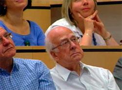 Peter Higgs fulgte presentasjonen. (Foto: CERN)