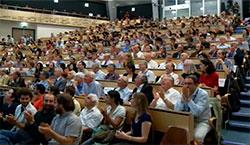 Incandela fikk spontan applaus. (Foto: CERN)