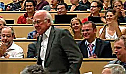 Peter Higgs ble klappet frem. (Foto: CERN)