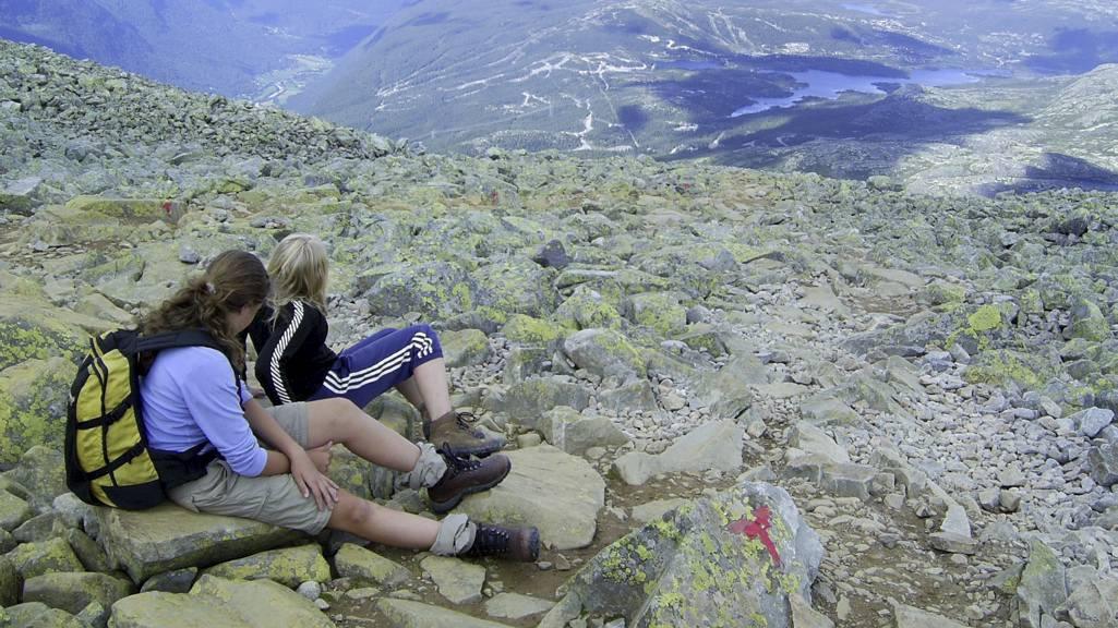 STORSLÅTT NATUR: I godt vær er det trygt å følge de røde T-ene i fjellet. Men dårlige kunnskaper om kart og kompass gjør at flere må reddes. Illustrasjonsfoto. (Foto: Keilen, Berit/NTB scanpix)