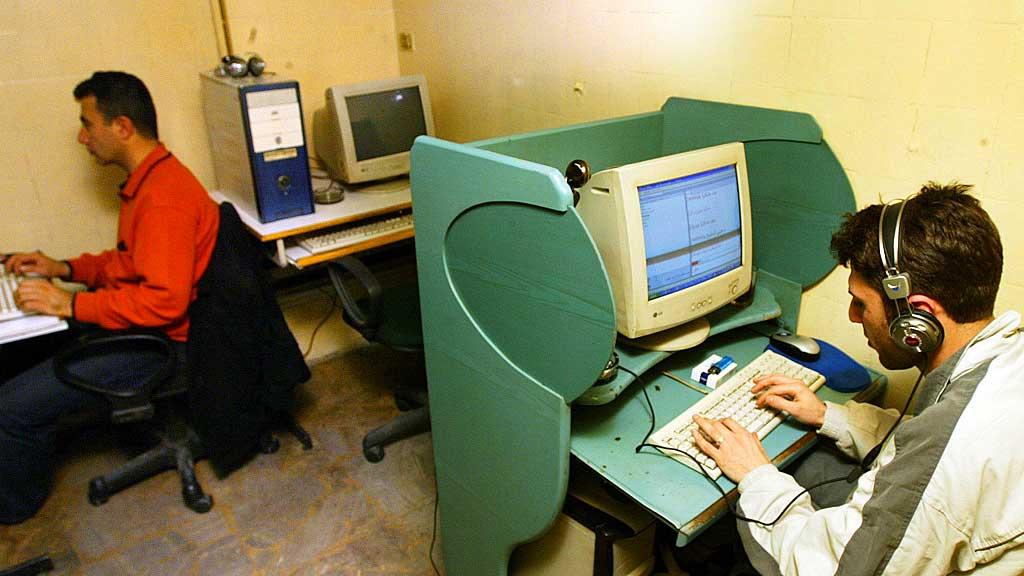 SJEKKER E-POST: Syriske ungdommer sjekker e-posten på en internettkafe i Damaskus.