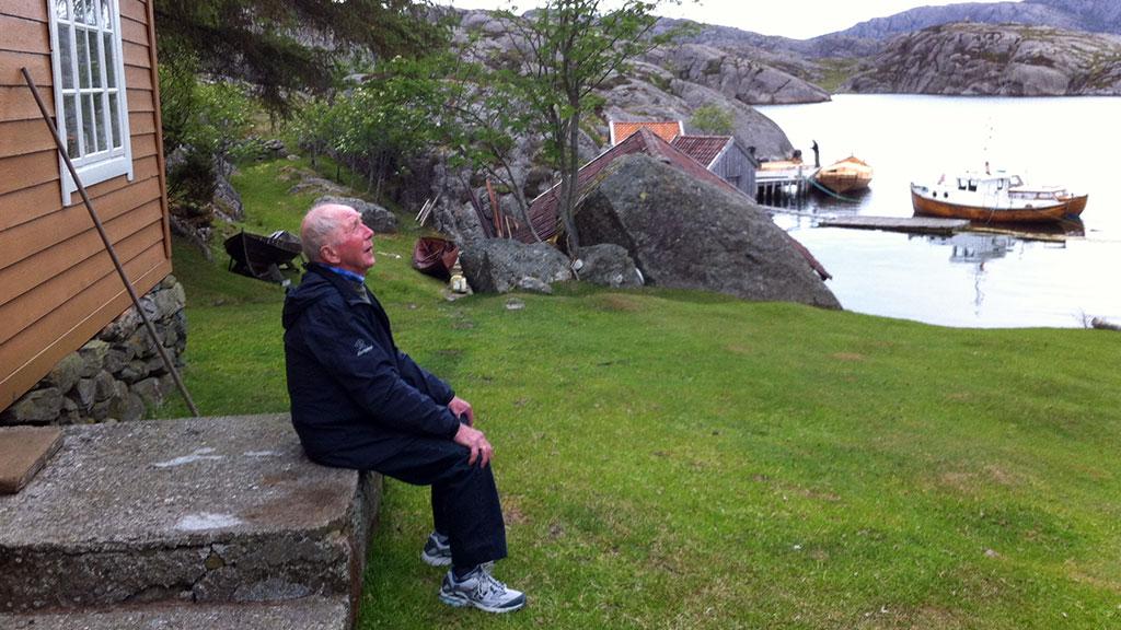 Vestlandet hadde det mye tørrere enn normalt i juni, og det gikk fint å ta seg en pust i bakken utendørs på Litle Færøy i Solund. Men spesielt varmt var det ikke. (Foto: Ronald Toppe)