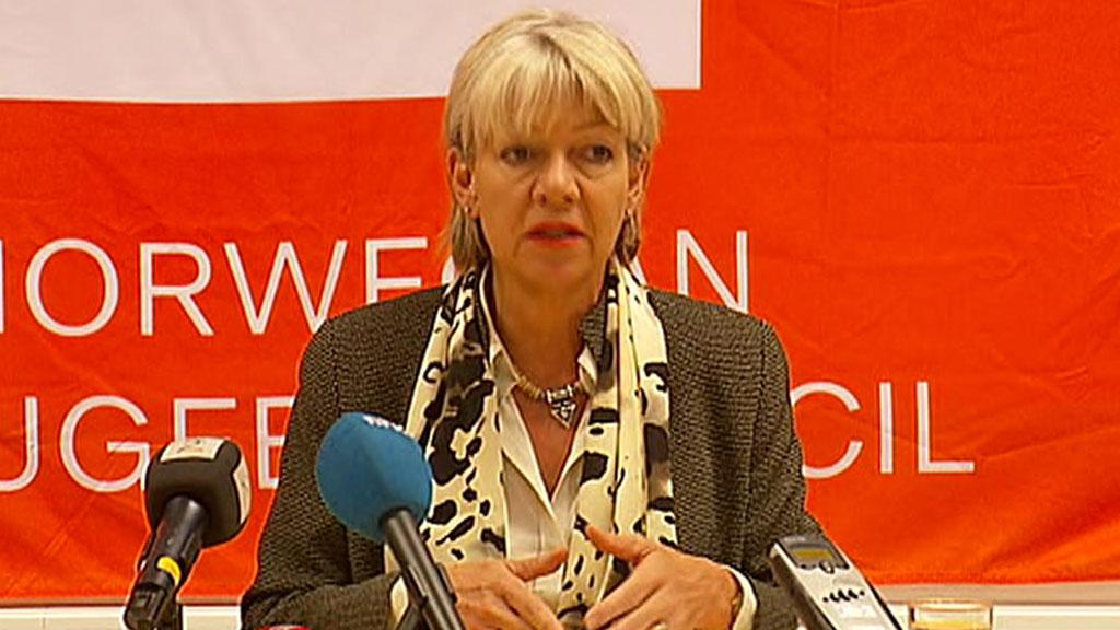 SÅ MENN MED MASKINGEVÆR: Generalsekretær i Flyktninghjelpen Elisabeth Rasmusson så et ukjent antall menn komme løpende.  (Foto: TV 2)