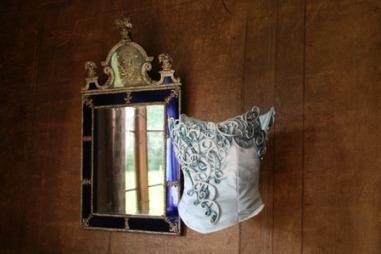 FOR HÅND: Vet du hva roulurer er? Det færreste av oss gjør det.   Ove Harder Finseth, kjent for å ha designet brudekjolen til Kronprinsesse   Mette-Marit, er en av et knippe norske designere som holder kleskunst   og håndverkstradisjoner i hevd. (Foto: Kjersti Skar Staarvik)