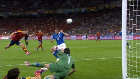 David Silva header inn 1-0 til Spania mot Italia. (Foto: TV 2)