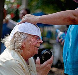Evelyn Wood på 80 får hjelp til å kjøle seg ned med våt klut og vifte. Gamle og barn er mest utsatt i heten. (Foto: AP)