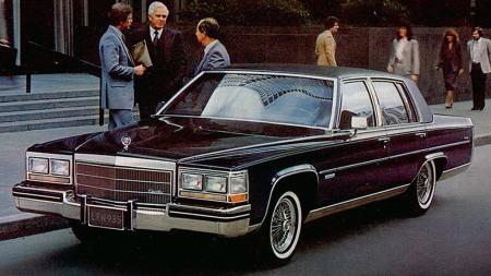 Cadillacs store, bakhjulsdrevne sedaner skulle etter planen vært erstattet av moderne, mindre og forhjulsdrevne i 1985. Men toppmodellen Fleetwood Brougham solgte så bra at den fikk leve videre - og til og med fikk en oppfølger bygget på samme tradisjonelle lest i 1993. Her 1983-modellen.