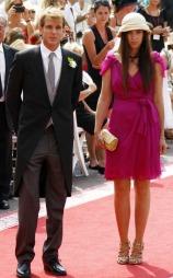 Ved kongelige bryllup er sjakett for mennene på sin plass. Men for kvinnene gjelder samme regler uansett adelighet: hatt og en sommerlig kjole. (Foto: Lise Åserud)