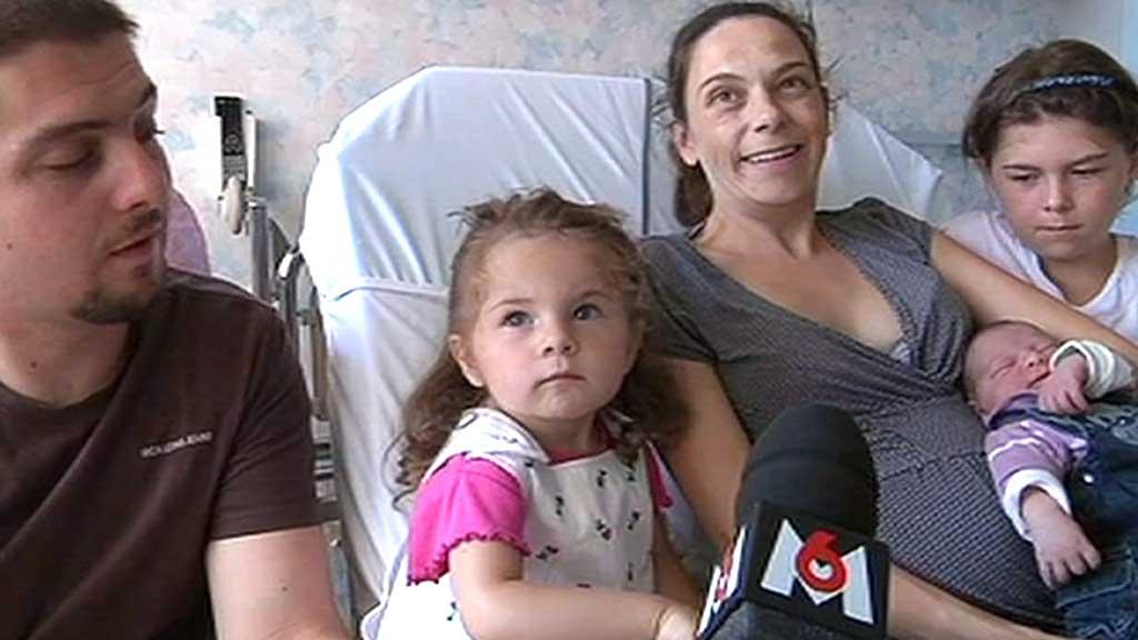 SLITEN: Alle trudde mamma Cindy var sliten på grunn av bryllupsførebuingar. Det viste seg at fødselen var i gang. Her med heile familien. (Foto: M6)