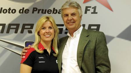 Formel 1 team Marussia-kjører Maria De Villota sammen med faren og tidligere formel 1-kjører Emilio de Villota. (Foto: JAVIER SORIANO/Afp)