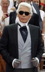 Designeren Karl Lagerfeld bruker gjerne både vest og hansker i bryllup. (Foto: Stella Pictures)