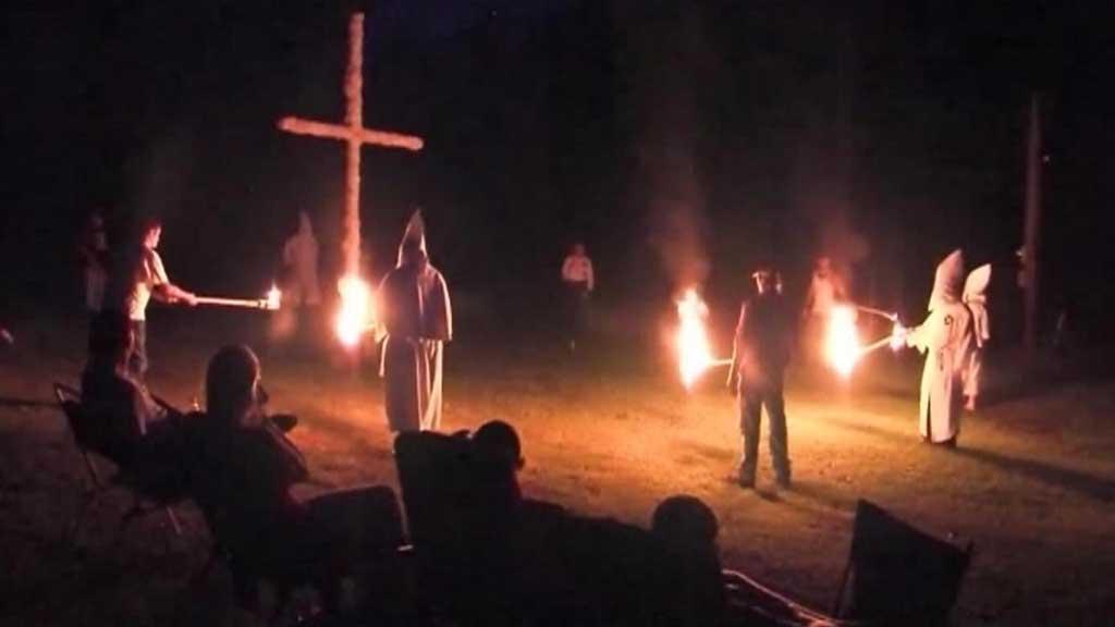 SATTE FYR PÅ KORS: Gruppen gjorde ingenting ulovlig, men mange reagerte sterkt på korsbrenningen i Alabama. (Foto: CBS)