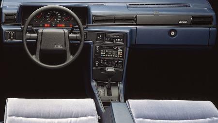 Det kantete designet på Volvo 760 gikk igjen inne i bilen også.