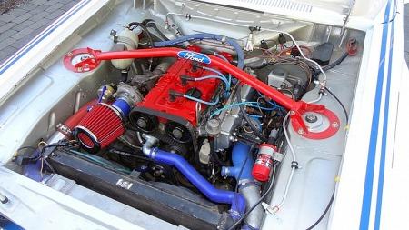 På 70-tallet var det fords største V6-motor som var utgangspunktet da Cosworth skulle lokke ut mest mulig hester. I denne replikaen sitter en 2-liter med 300 hester - modifisert av samme motorbygger. (Foto: Finn.no)