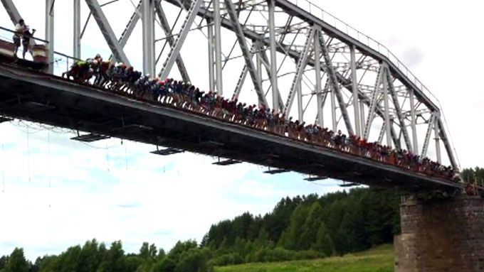 1-2-3-HOPP: Her tar 133 mennesker sats og hopper utfor den russiske broen i det som skal ha vært en uoffisiell verdensrekord. (Foto: Vitaly Potapov)
