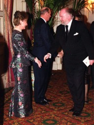 Dronning Sonja iført en mørk silkedrakt i Paris