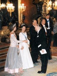 GRAND GALLA:  Sonja kler seg gjerne i hvitt til galla