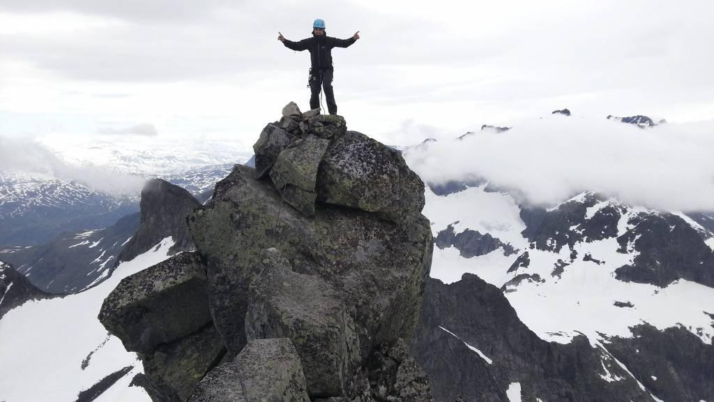 Mats Steinsland på toppen av Store Austabottinden i Hurrungane, Jotunheimen i juli 2012. (Foto: Privat/)