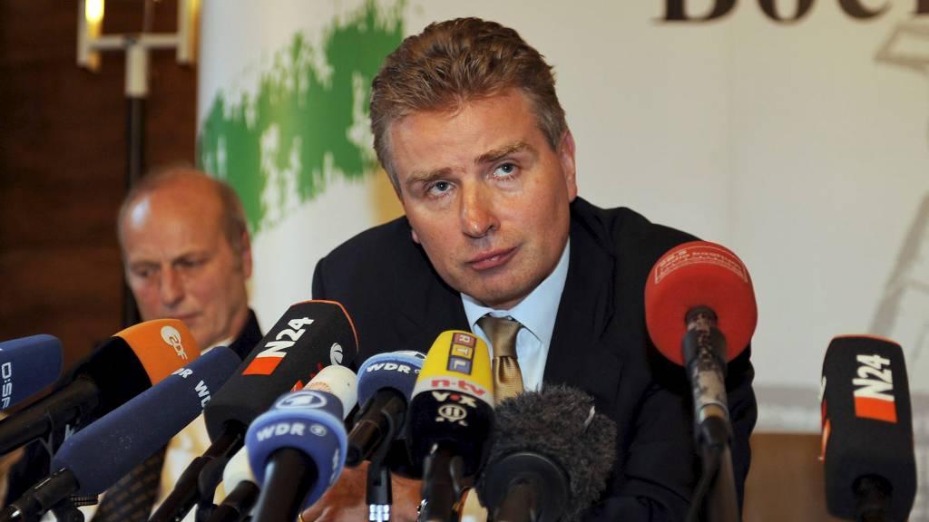 TYSKLAND 2009: I 2009 rullet en stor kampfiksingssak opp i Tyskland.  Peter Limacher, representant for UEFA, holdt her pressekonferanse hvor de kunne avsløre at 15 tyskere var blitt arrestert, og to  sveitsere.  (Foto: Martin Meissner/AP)