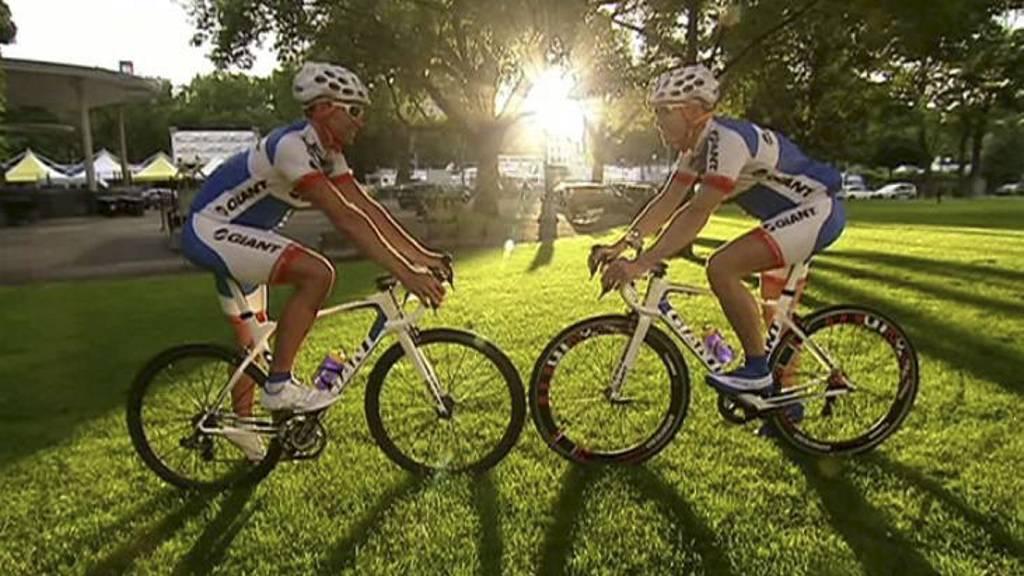 TØFF DUO: TV 2 Sportys testsyklister Joachim Pettersen og Rune Joggert optimistiske og klare før maratonsyklingen startet. Nå begynner det å tære på, selv for de erfarne syklistene. (Foto: Lars Martin Kræmer/)