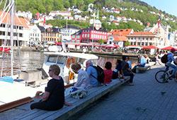 Bergen har hatt et par dager som har vært så varme at folk foretrekker skyggen. (Foto: Ronald Toppe)
