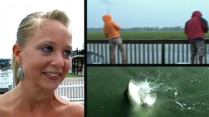 NÆRKONTAKT: Sarah Brame var i ferd med å få fangsten over gjerdet - da en hai plutselig hoppet opp og jafset i seg fisken hennes. (Foto: CBS/Montasje, TV 2)