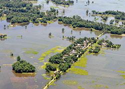 Årets monsunregn har satt store områder under vann i India,   mange titalls mennesker er døde. Dette bildet er tatt 2. juli i Assam.   (Foto: Ap)