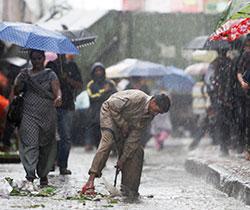 En arbeider rensker opp i et avløp i Mumbai i India 4. juli.   Monsunen er både en plage og en velsignelse. Den betyr slutten på heten,   og gir vann til avlingene som livnærer 1,2 milliarder innbyggerne i landet.   (Foto: Ap )