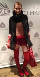 Modellen viser Pippiinspirert ulldesign laget av Nina Skarra. (Foto: Marianne Jemtegård)
