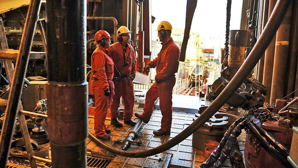 FULL STANS: Oljearbeidere i sving på Oseberg-feltet. Dette bildet er tatt i en annen sammenheng, ved en tidligere anledning. All aktivitet på norsk sokkel vil rammes av en eventuell lockout. (Foto: Marit Hommedal, REUTERS/SCANPIX)