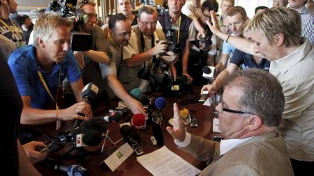 Fra pressekonferansen til Cofidis med manager Yvon Sanquer til   høyre. Til venstr er Tv 2 Sportens Sindre Olsen. (Foto: Laurent Rebours/Ap)