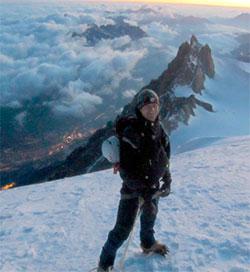 Ove Sjøstrøm på Mont Blanc du Tacul, byen nede i dalen er Chamonix. Bildet ble tatt like før gruppen snudde tidlig mandag morgen. (Foto: Privat)