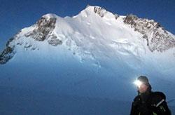 Ove Sjøstrøm foran Mont Maudit natt til mandag. Dødsskredet gikk i fjellsiden rett bak ham. (Foto: Privat)