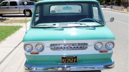 Selgeren opplyser at bilen har levd hele sitt liv i California, og den har også de gamle sorte skiltene med gul skrift som var i bruk i staten frem til 1969. Tilstanden tyder på at den i tillegg er blitt skjermet godt mot solen. (Foto: eBay)
