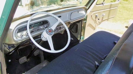 Corvair 95-modellene hadde riktignok antydning til snute, i litt større grad enn VW-modellene de på mange måter kopierte, men sikkerhet var nok uansett ikke det man prioriterte her. Interiøret i denne bilen bærer preg av at bilen har gått lite og har vært godt tatt vare på. (Foto: eBay)