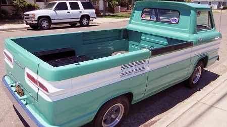 Disse bilene var på ingen måte spesielt påkostet, men amerikansk 60-tallsdesign, tofarget lakk og litt krom her og der gjør at bilene i dag ser mer eksklusive ut enn de var den gangen. (Foto: eBay)