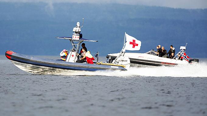 VED UTØYA: Båter fra Røde Kors med redningsmannskap og politi utenfor Utøya - to dager etter terroraksjonen hvor 69 mennesker ble drept på øya. (Foto: Trond Reidar Teigen/NTB Scanpix)