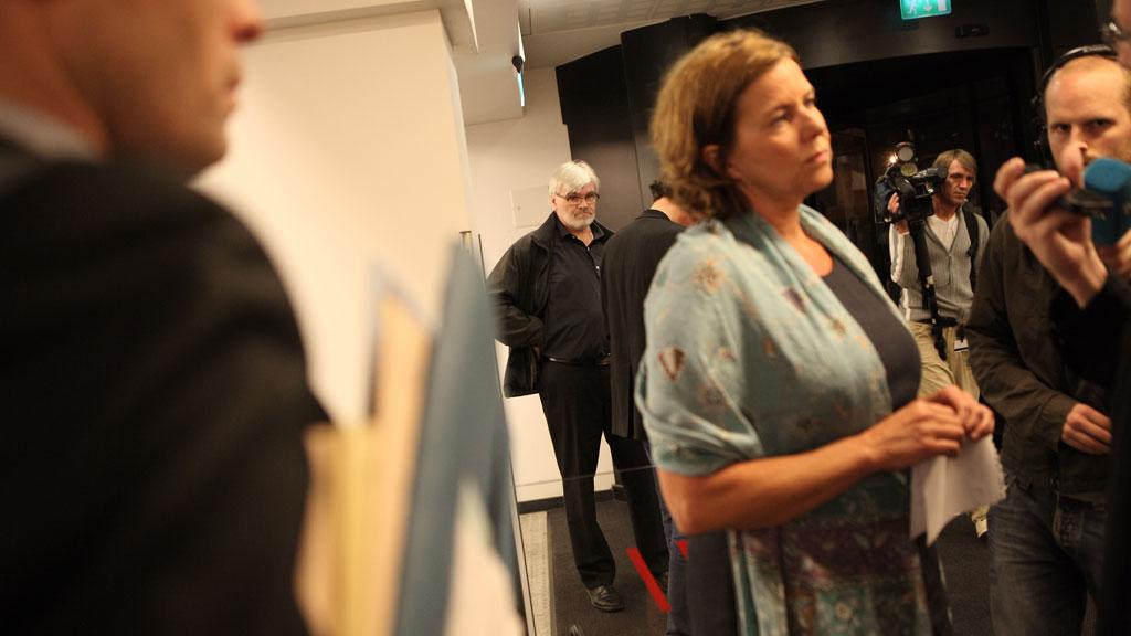 Arbeidsminister Hanne Bjurstrøm går inn med tvungen lønnsnemd i oljekonflikten. Forbundsleder i Industri Energi Leif Sande i bakgrunnen. (Foto: SCANPIX)