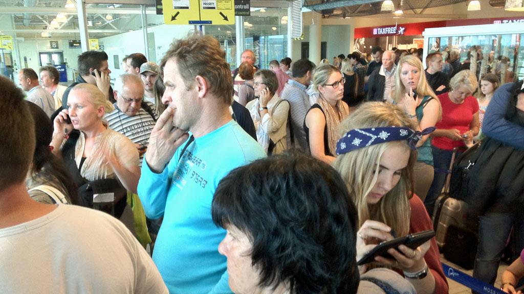 Avgangshallen på Moss Lufthavn Rygge var mandag kveld full av frustrerte passasjerer, etter beskjeden om at Ryanairs flyvning til Krakow først går ved 13-tiden tirsdag. (Foto: Lisa Dyremyhr Bakke)