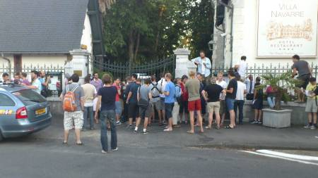 BELEIRET: Journalistene har samlet seg utenfor RadioShacks hotel (Foto: Mats Wedervang/TV 2)