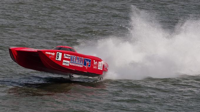 Dette er båten som var involvert i ulykken. Her er den i aksjon på et tidligere tidspunktet under racet i Gabon. (Foto: Simon Palfrader©, ©Gabon Grand Prix)